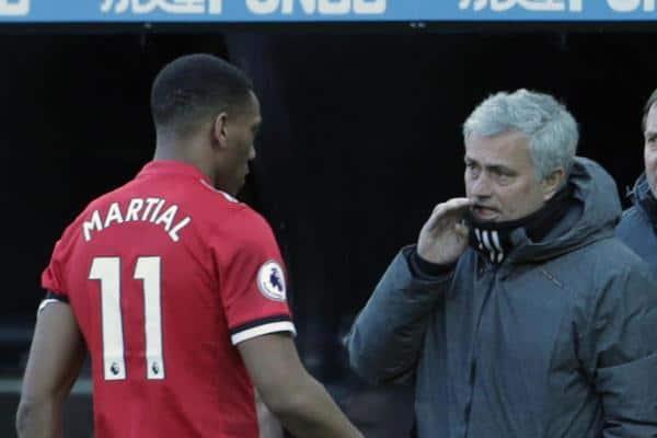 HLV Jose Mourinho tức điên vì lộ đội hình