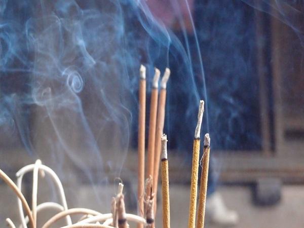 Thắp hương bị tắt giữa chừng có điềm báo gì? tốt hay xấu?